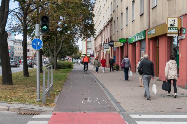 Droga dla rowerów wzdłuż al. Grunwaldzkiej we Wrzeszczu. Pod sygnalizatorem umieszczono połączenie znaków C13 i C16.