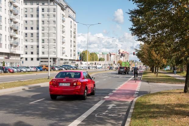 Pas rowerowy na al. Jana Pawła II na Zaspie.