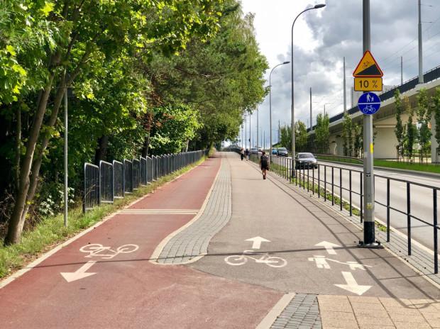 Ciąg pieszo-rowerowy pod górę na ul. Rakoczego w Gdańsku.
