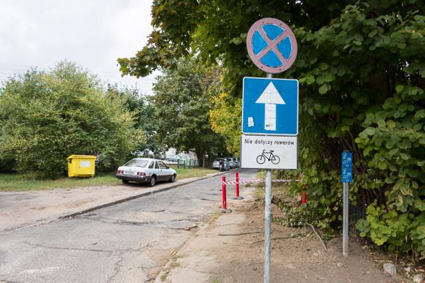 """Dopuszczenie jazdy rowerem """"pod prąd"""" na jednokierunkowej ul. Nadwodnej w Oliwie."""