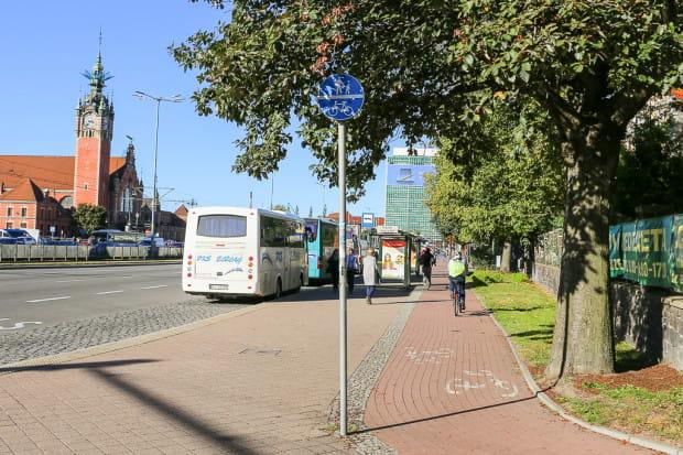 Wydzielona droga dla rowerów wzdłuż Podwala Grodzkiego oraz oznakowanie wskazujące na ciąg pieszo-rowerowy.