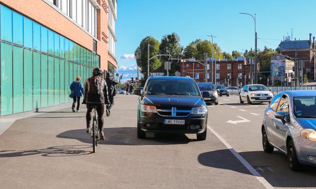 Parkowanie na ciągu pieszo-rowerowym wzdłuż ul. 3 Maja.