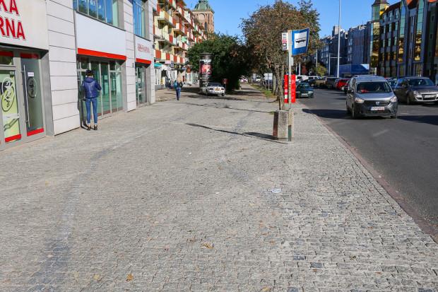 Widoczne ślady po dawnym przebiegu drogi dla rowerów na ul. Długie Ogrody.