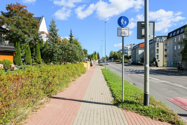 Kolor nawierzchni infrastruktury wzdłuż ul. Myśliwskiej nie ma obecnie żadnego znaczenia. Piesi mogą się poruszać po całej szerokości chodnika, a rowerzyści wraz z nimi lub po jezdni.