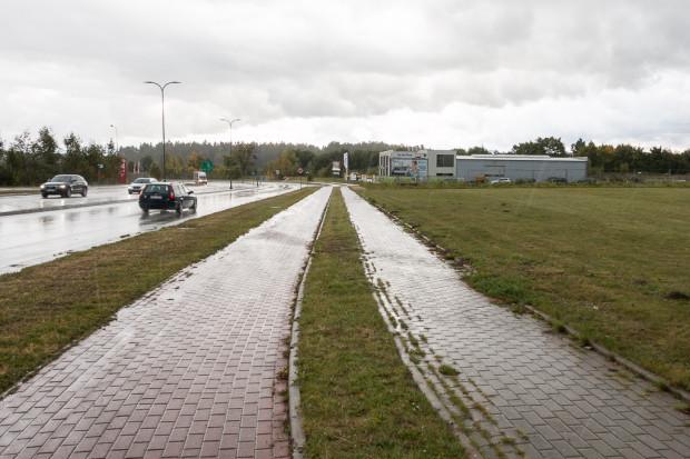 Wzdłuż ul. Wodnika nie ma obecnie wydzielonej drogi dla rowerów, choć pozostała po niej infrastruktura, z której teraz mogą dowolnie korzystać piesi.
