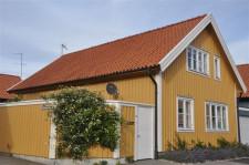 W Björkholmen można podziwiać całoroczne drewniane domki wpisane na listę UNESCO. Wiele z nich ma lusterka przy szybach, by panie domu widziały, kiedy ich mężowie wracają z pracy.