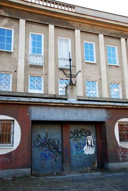 """Kolejny ślad po kinie, tym razem """"1 maja"""", w dawnym Domu Kultury przy ul. Marynarki Polskiej w Nowym Porcie."""