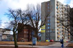 Miejsce po nieistniejącym Teatrze Wilhelma przy ul Długie Ogrody w Gdańsku. Mniej więcej w tym miejscu stoi blok z numerem 26.