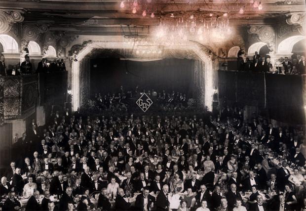 Wielka sala Teatru Wilhelma w Gdańsku. To tu odbył się pierwszy w Gdańsku pokaz filmowy. Na fotografii pracownicy gazowni w czasie firmowego zjazdu, przełom lat 20. i 30. ubiegłego wieku.