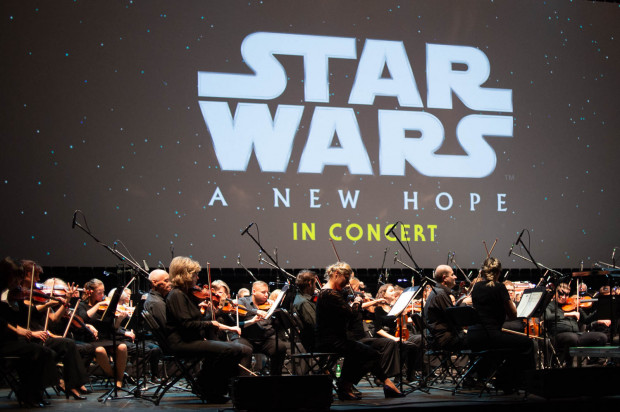 """W piątek w Ergo Arenie mieliśmy okazję przekonać się, na czym polega fenomen """"Gwiezdnych wojen"""" i że sukces jest zasługą nie tylko George'a Lucasa - twórcy obrazu, ale i Johna Williamsa, autora muzyki."""