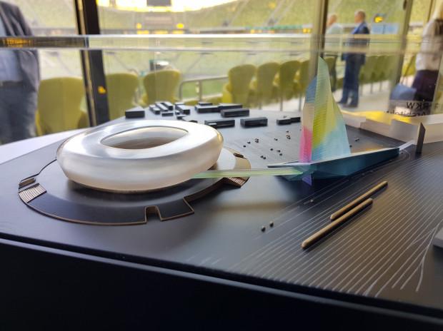 """Makieta """"Żagla"""" z kładką prowadzącą na stadion. To projekt, który ma zostać zrealizowany w najbliższej dekadzie."""