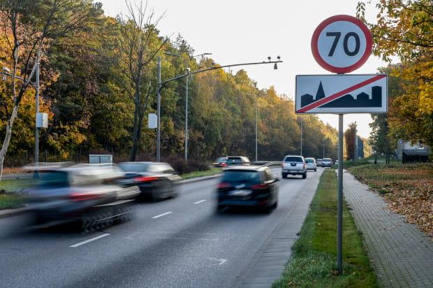Chociaż w ostatnim czasie liczba wypadków na Słowackiego spadła - co ma związek głównie z poprawą przyczepności nawierzchni - to prędkości osiągane między Matarnią a Niedźwiednikiem są zdecydowanie za wysokie.