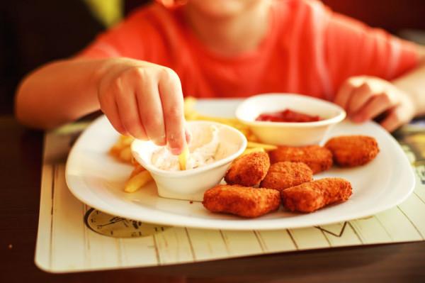 Nuggetsy z kurczaka i frytki albo makaron w sosie pomidorowym to dziecięce klasyki, które znajdziemy w kartach większości lokali.