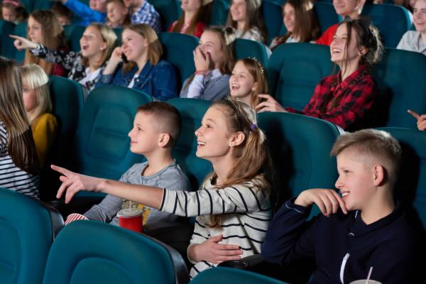 Klasowe wyjście do kina to ciekawa alternatywa dla lekcji w szkole. Oferta repertuarowa jest tak bogata, że uczniowie mają w czym wybierać.