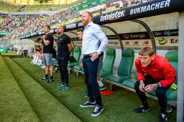 Trener Piotr Stokowiec (w środku) słynie z twardej ręki, ale Sławomir Peszko miał u niego kredyt zaufania. Szkoleniowiec czuje się rozczarowany zachowaniem piłkarza, którego odsunął od pierwszej drużyny.
