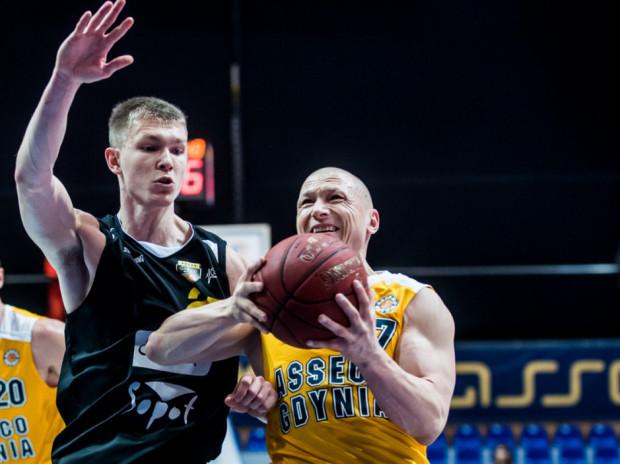 Michał Kolenda (z lewej) i Krzysztof Szubarga (z prawej) to tylko dwaj z licznej grupy trójmiejskich koszykarzy i koszykarek narzekających obecnie na mniej lub bardziej poważne urazy.