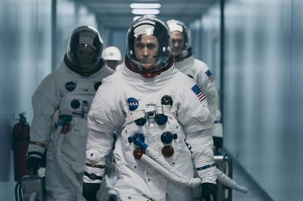 """W """"Pierwszym człowieku"""" twórcy filmu prezentują portret Neila Armstronga, astronauty, który jako pierwszy postawił stopę na Księżycu. Nie jest to jednak w żadnym razie kino akcji według hollywoodzkich standardów i aktualnych trendów, co nie znaczy, że brakuje mu widowiskowości."""