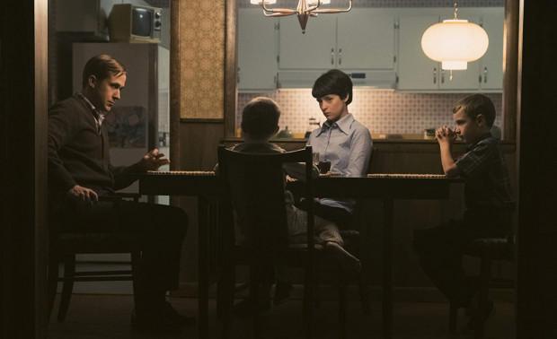 Chazelle prezentuje Armstronga (Ryan Gosling) jako człowieka zamkniętego wewnątrz własnych lęków, traum i ambicji, któremu nieraz rodzinne obowiązki sprawiają większy wysiłek niż najcięższe testy w ćwiczebnych rakietach.