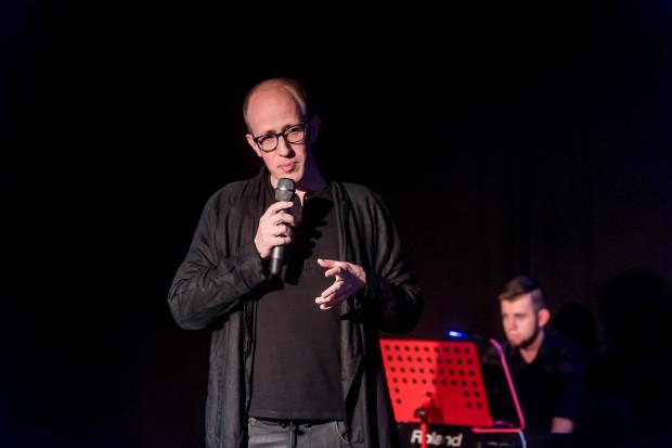 """Sercem i mózgiem spektaklu """"Chłopem i babą stworzył nas Bóg"""" jest Marek Sadowski, autor tekstu, reżyser, aktor, który bierze na siebie prowadzenie całego wieczoru."""