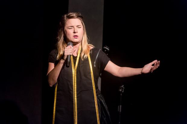 """Jako przeciwwagę dla mającego umiejętność zawłaszczania uwagi widza na scenie Sadowskiego, potrzeba wyrazistej, silnej osobowości scenicznej i taka jest tytułowa """"baba"""" - Małgorzata Burjan."""