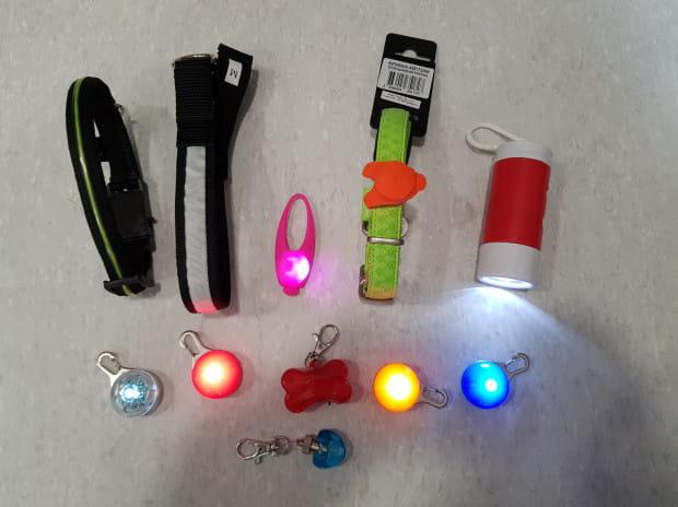 Akcesoria LED w postaci zawieszek przydadzą się psu i jego właścielowi.