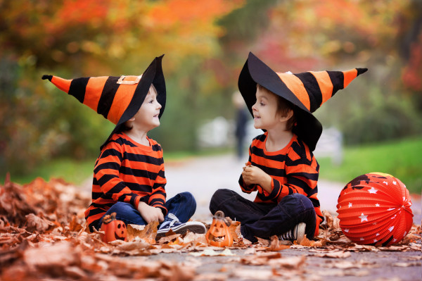 Halloweenową zabawę polubiły szczególnie dzieci, które uwielbiają się przebierać i psocić.