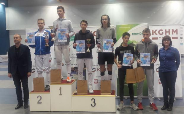 Najlepsi juniorzy młodsi. Na najwyższym stopniu podium Adam Podralski.