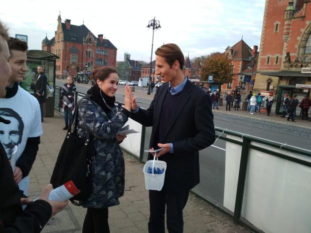 We wtorek Kacper Płażyński rozdawał krówki na przystankach przy dworcu PKP w Gdańsku.