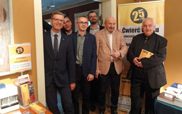 """Jedną z największych przedsięwzięć organizowanych przez """"Topos"""" jest Festiwal Poezji w Sopocie. Na zdjęciu grupa autorów """"Toposu"""", od lewej: Wojciech Kudyba, Wojciech Kass, Karol Alichnowicz, Przemysław Dakowicz, Krzysztof Kuczkowski i Wojciech Gawłowski."""