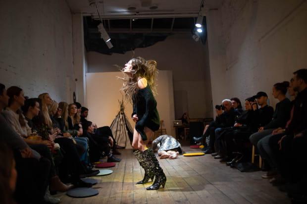 Performans rozpoczyna się od działań Anny Steller, które mają wprowadzić ją w trans.