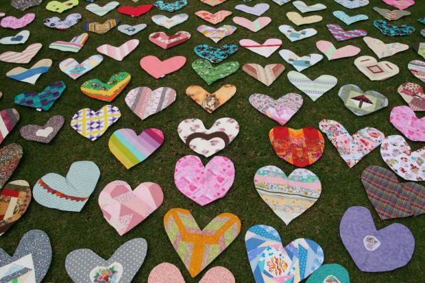 W Polsce pomysłodawczynią kontynuowania szycia poduszek w kształcie serca jest Anna Sławińska ze Stowarzyszenia Polskiego Patchworku, która w chwili obecnej szyje z innymi osobami serduszka dla trzech warszawskich szpitali.