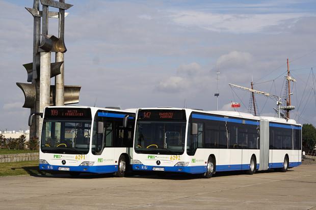 Żadna linia autobusowa (zajeżdża tam 21) w ciągu roku na molo południowe nie dojeżdża, ale dzięki autobusom i trolejbusom można pozwiedzać Gdynię, płacąc 13 zł za bilet dobowy.