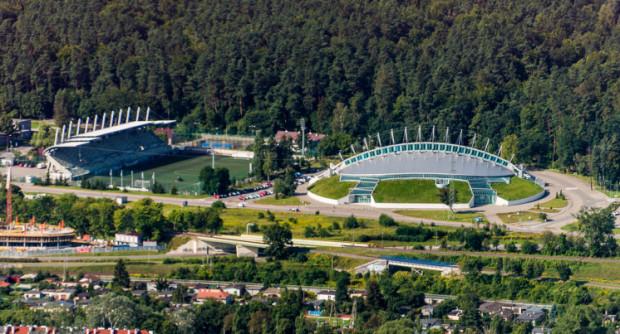Jadąc 109 można zobaczyć z okien autobusu halę i stadion rugby.