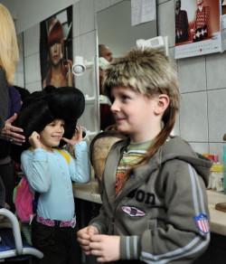 Dzieci uwielbiają wizytę w charakteryzatorni i w pracowni fryzjerskiej.