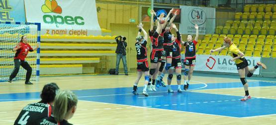 Na bramkę Ruchu rzuca Katarzyna Duran, która w Chorzowie zdobyła 8 bramek