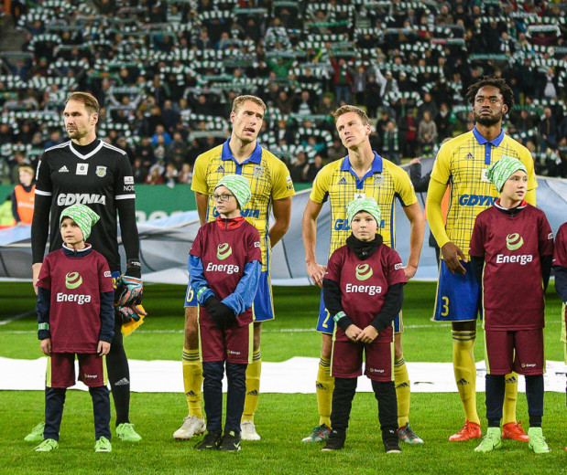 """Tadeusz Socha (drugi z prawej) pierwszy mecz w tym sezonie w ekstraklasie w """"11"""" Arki Gdynia skończył w 65. minucie po drugiej żółtej kartce."""