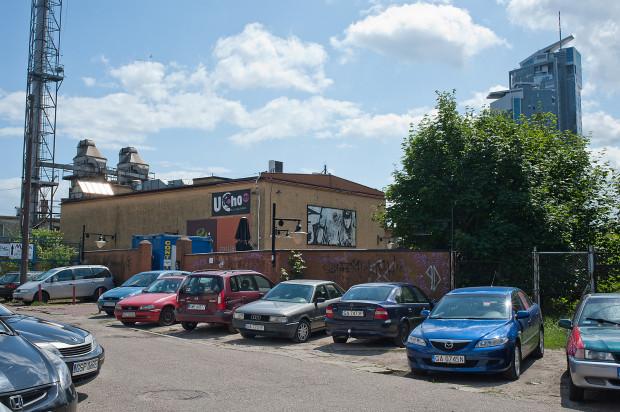 Klub Ucho znajduje się na dawnych terenach portowych w Gdyni i zajmuje obiekt po dawnej kotłowni.