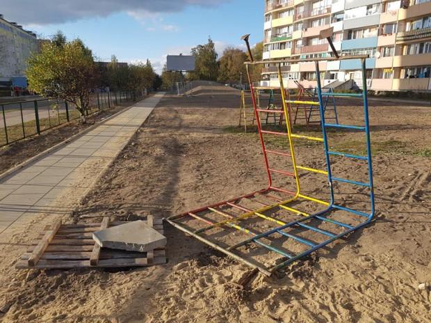 W takich warunkach od kilku tygodni bawią się dzieci przy falowcu na ul. Wyzwolenia.