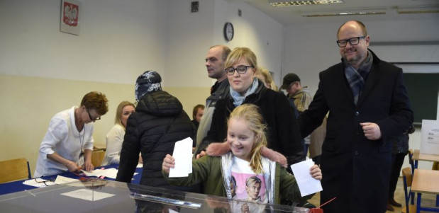 Paweł Adamowicz przyszedł do lokalu wyborczego z żoną, córką i psem.