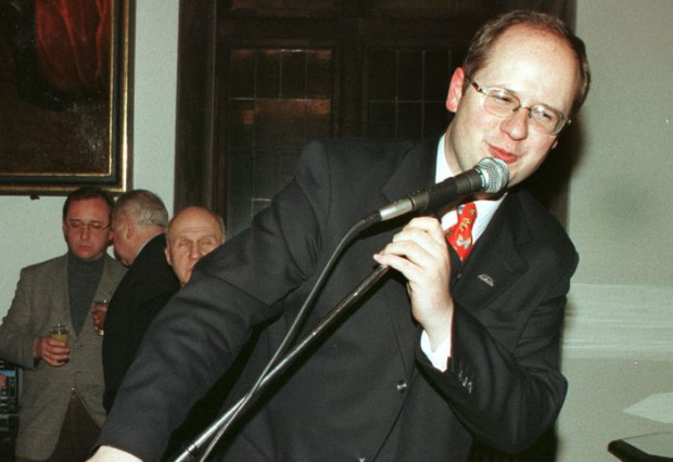 Paweł Adamowicz w 1998 roku, podczas swojej pierwszej kadencji w fotelu prezydenta Gdańska.