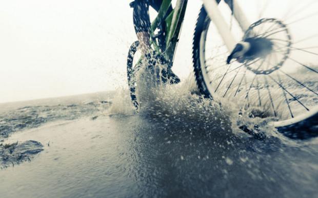 Nie wszyscy czerpią przyjemność z jazdy w takich warunkach. Przed schowaniem roweru warto jednak zastosować się do kilku wskazówek.