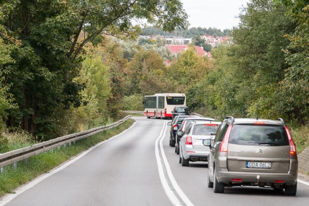Drogowcy liczą, że po uszorstnieniu na górnym odcinku ul. Świętokrzyskiej kierowcy będą jeździć bezpieczniej.