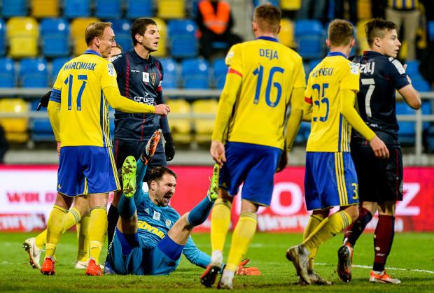 Pavels Steinbors w ostatnich dwóch kolejkach ekstraklasy pięciokrotnie wyjmował piłkę z siatki, a defensywa Arki Gdynia straciła miano najszczelniejszej w ekstraklasie w tym sezonie.