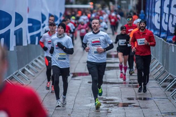 Biało-czerwone koszulki to częsty element imprez sportowych związanych z dniem 11 listopada.