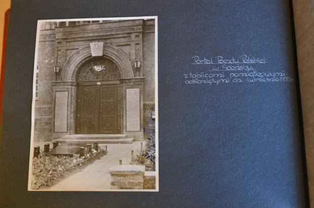 Zdjęcie wykonane tuż po zamontowaniu pierwszych tablic w 1957 roku.