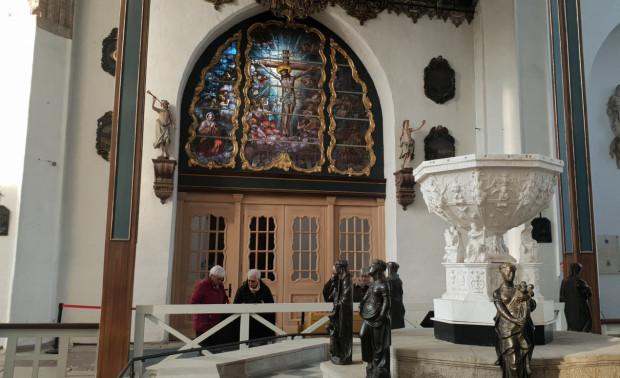 W kościele Mariackim odtworzono pod wejściem od strony wieży wiatrołap, który ma chronić nie tylko wiernych przed przeciągami, ale też zabytki.