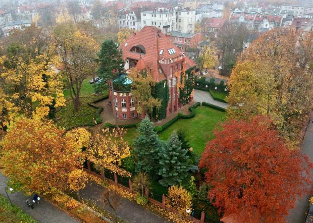 Willa Basnera zwana jest też Sopockim Malborkiem, bo została zaprojektowana w nawiązaniu do Pałacu Wielkiego Mistrza na zamku malborskim.
