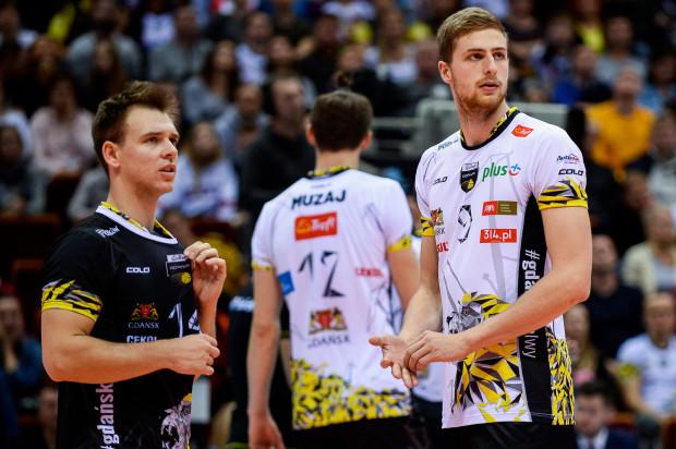 Siatkarze Trefla Gdańsk momentami wyglądali na boisku w Jastrzębiu tak, jakby nie wiedzieli co się dzieje. Na zdjęciu Maciej Olenderek (nr 14) oraz Patryk Niemiec (nr 9).