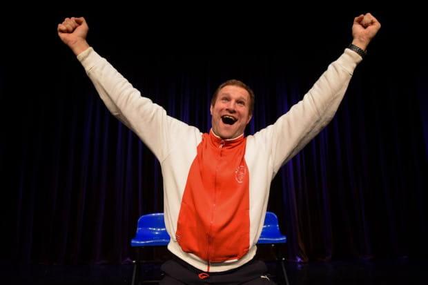 Wojciech Tremiszewski jako tytułowy Pan Trener ma ręce pełne roboty. Ajax Mściszewice walczy o utrzymanie w piątej lidze. Czy trener podoła zadaniu przekonać się można już 17 listopada w Teatrze Miniatura.