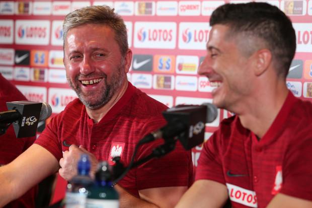 Na początku zgrupowania w Trójmieście humory dopisują Jerzemu Brzęczkowi i Robertowi Lewandowskiemu, choć kapitan reprezentacji Polski stawił się z dolegliwościami kolana, a Kamil Glik w ogóle nie przyjechał.